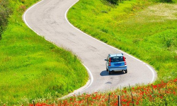 Închiriază o maşină în vacanţă şi te vei bucura de independenţă şi confort